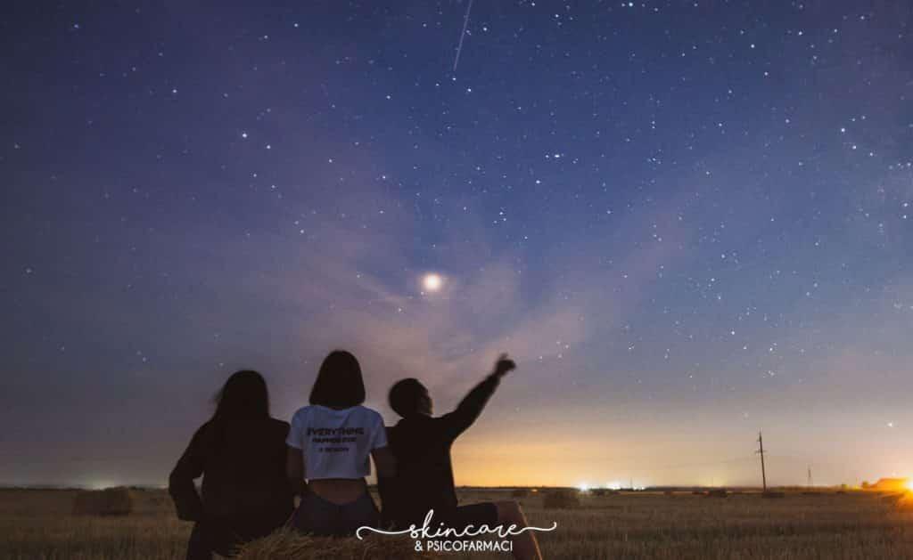 tre ragazzi guardano le stelle