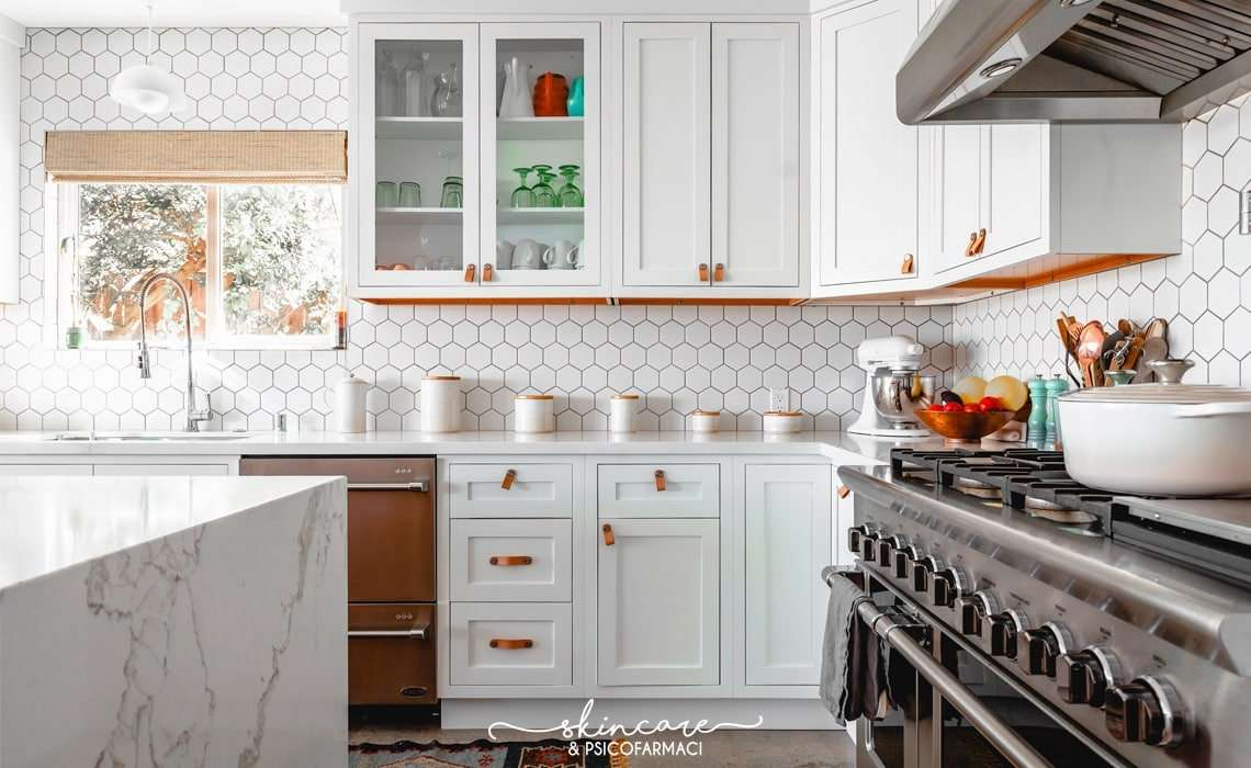 una cucina bianca ordinata